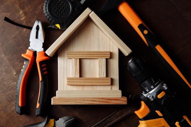 Reparação de casas com muitas ferramentas em uma mesa de madeira closeup