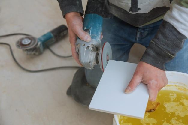 Reparação de corte de aparagem de ladrilhos de azulejos.