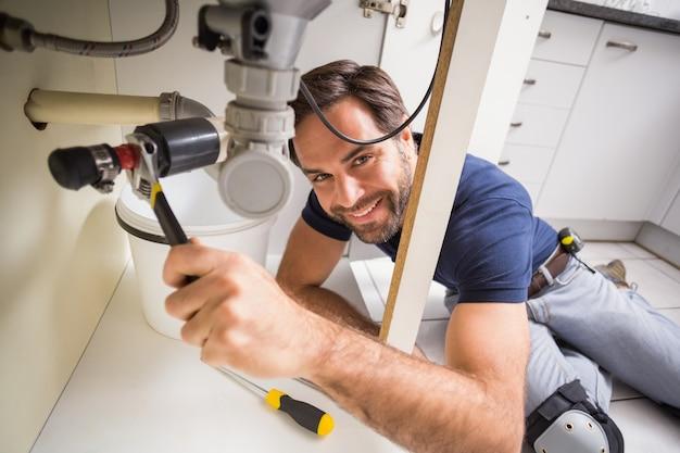 Reparação de encanador sob a pia