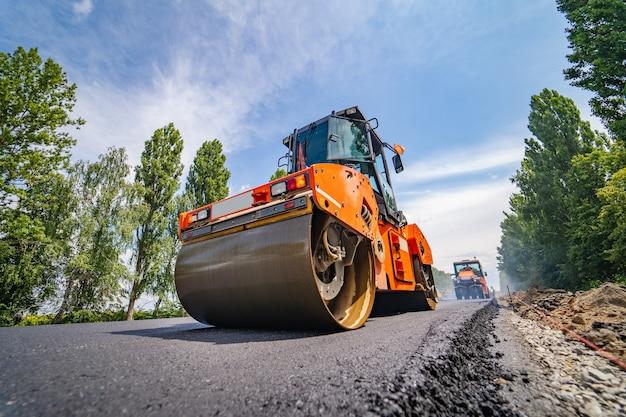 Reparação de estradas, compactador coloca asfalto
