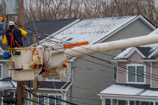 Reparação de linhas de energia depois sobre eles na tempestade de neve
