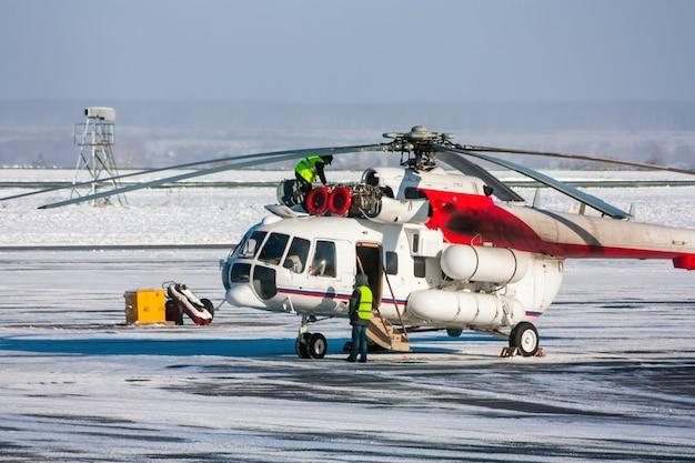 Reparação de motor de helicóptero no pátio de inverno do aeroporto