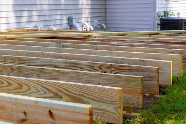 Reparação de um deck de madeira ou pátio com material de madeira moderno