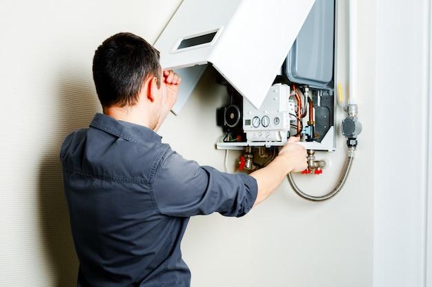 Reparação de uma caldeira a gás