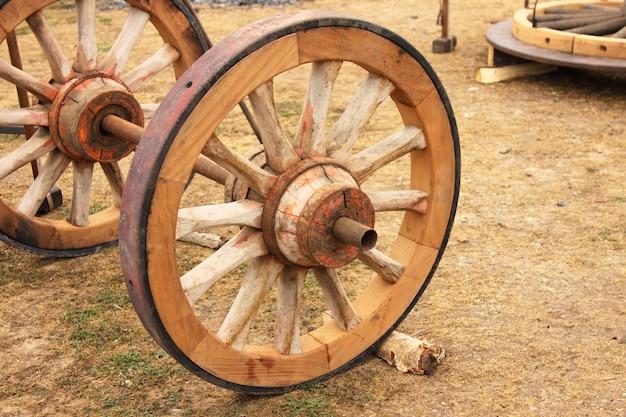 Reparação de uma velha roda de madeira de um carrinho
