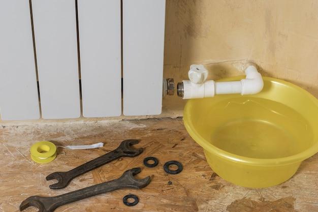 Reparação do sistema de aquecimento de uma casa privada após um acidente. acidente do sistema de aquecimento de uma casa privada. radiador de aquecimento.