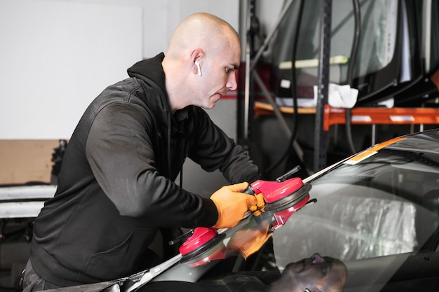 Reparação e substituição de vidros automotivos. foto de alta qualidade