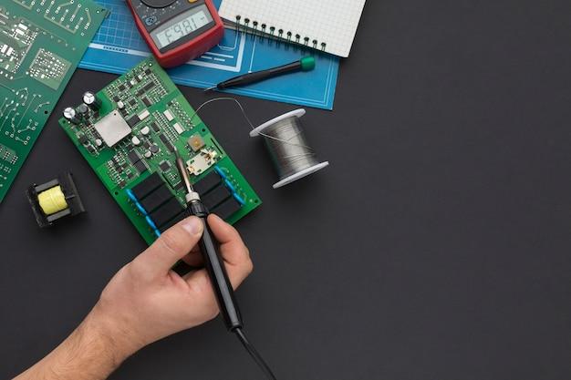 Reparação em close-up de uma placa de circuito