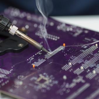 Reparação em close-up de uma placa-mãe de computador