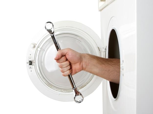 Reparador consertando máquina de lavar