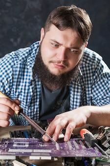 Reparador corrigindo problema com ferramenta de solda