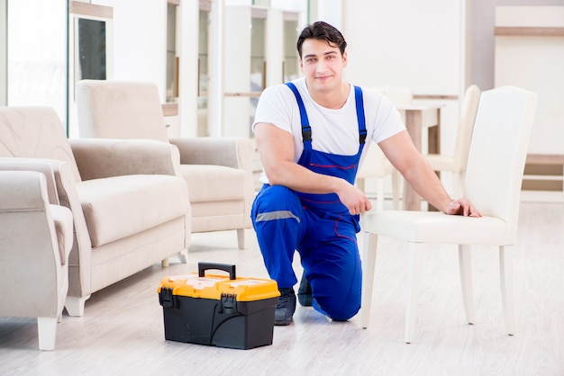 Reparador de móveis trabalhando na loja