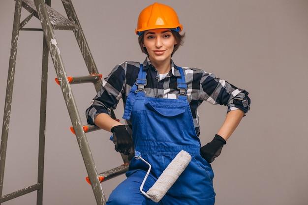 Reparador de mulher com escada de uniforme isolado