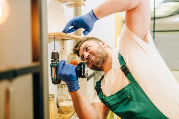 Reparador de uniforme segurando uma chave de fenda