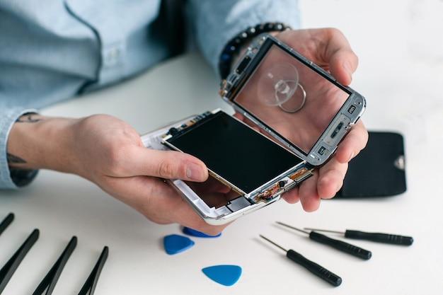 Reparador desmontando smartphone