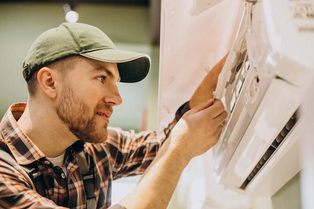 Reparador fazendo serviço de ar condicionado