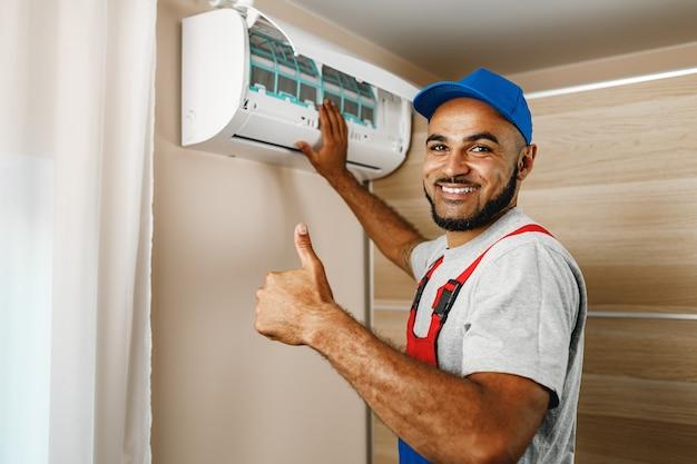 Reparador profissional instalando ar condicionado em uma sala