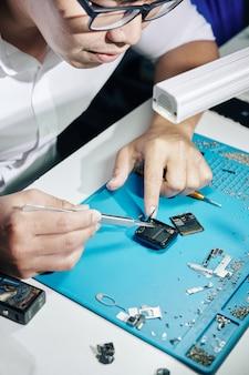 Reparador que fixa cabos do smartwatch