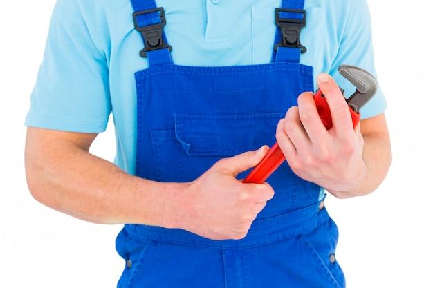 Reparador, segurando a chave ajustável