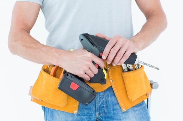 Reparador segurando broca de mão