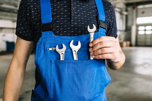 Reparadores, levando, chave, de, coveralls, em, garagem