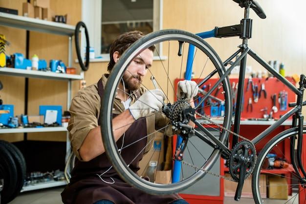 Reparando a roda de bicicleta