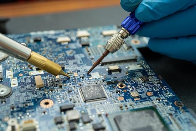 Reparando dentro do disco rígido por circuito integrado de ferro de solda