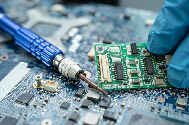 Reparando dentro do disco rígido por ferro de solda circuito integrado o conceito de dados