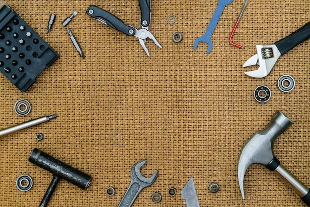 Reparando ferramentas ainda vida em fundo marrom