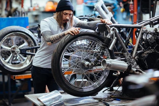Reparando motocicleta