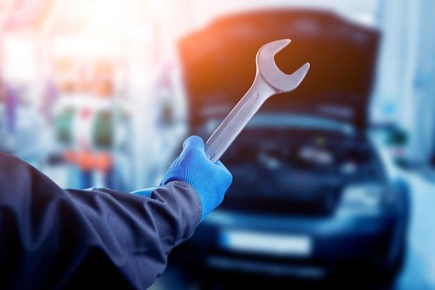 Reparando o motor na estação de serviço. reparo de carros.