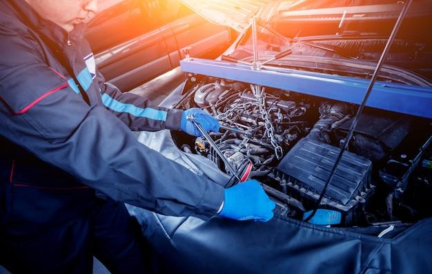 Reparando o motor na estação de serviço. reparo do carro.