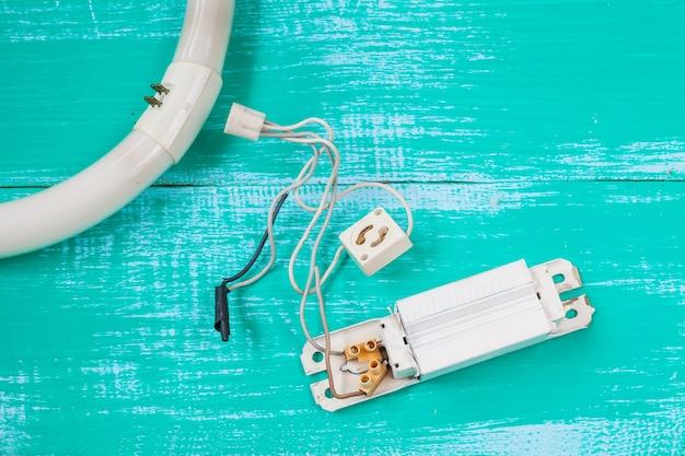 Reparar luz fluorescente e ferramenta em madeira