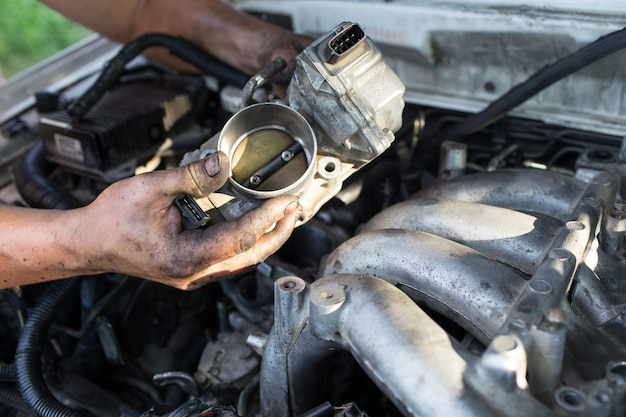 Reparar o carro da mão do mestre