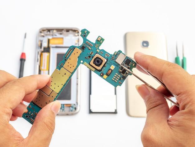 Reparar o smartphone quebrado no fundo branco