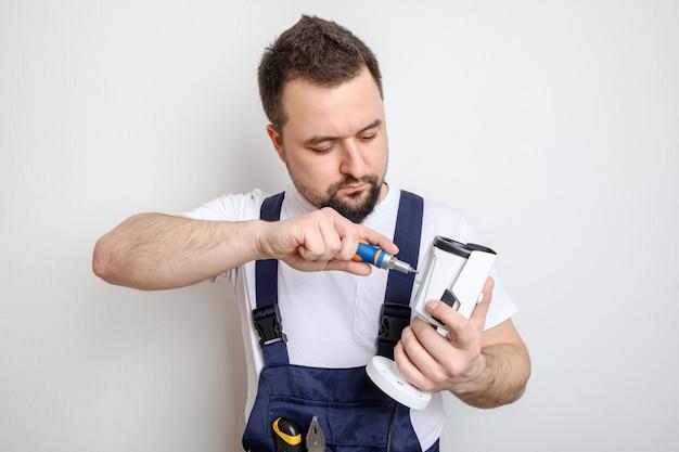 Reparar ou configurar a câmera de vídeo cctv do trabalhador
