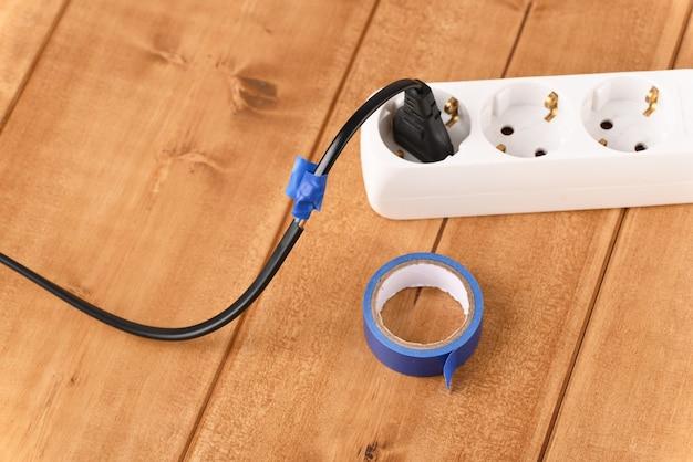 Repare o cabo quebrado com fita isolante.