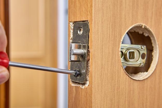 Repare você mesmo a fechadura da porta do quarto e substitua a trava pelo conjunto da placa.