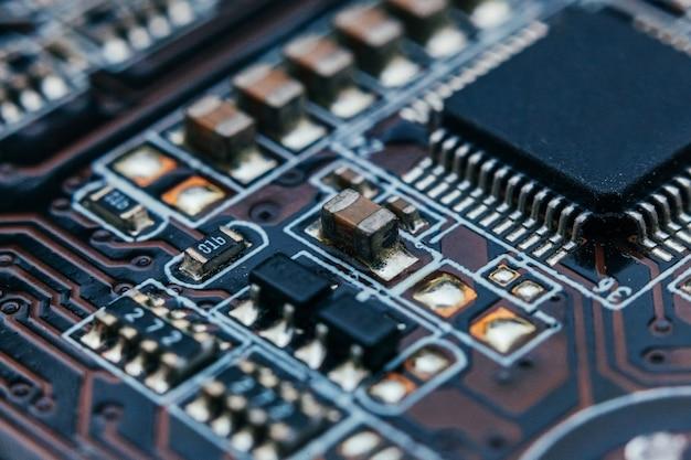 Reparo da placa de circuito. tecnologia moderna de hardware eletrônico.