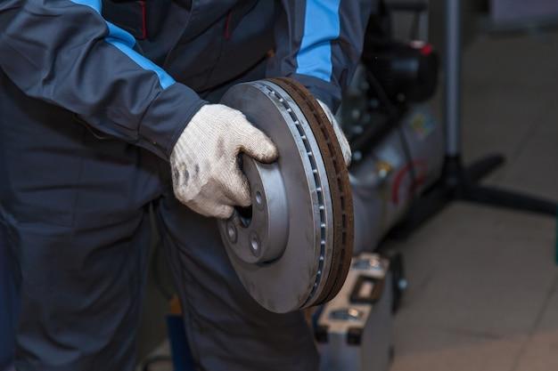 Reparo das pastilhas de freio do carro. conserto de freio