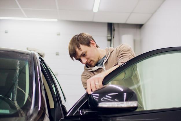 Reparo do homem do espelho de carro, espelho lateral quebrado acidente de carro.