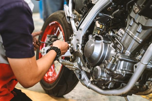 Reparo do motor da motocicleta com foco suave e sobre a luz no fundo