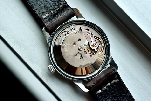 Reparo do relógio, revisão de relógio de pulso vintage e serviço de verificação de movimento mecânico pelo relojoeiro.