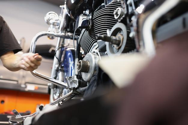Reparo e manutenção de motores de motocicleta em oficina de automóveis conceito de reparo de garantia de motor