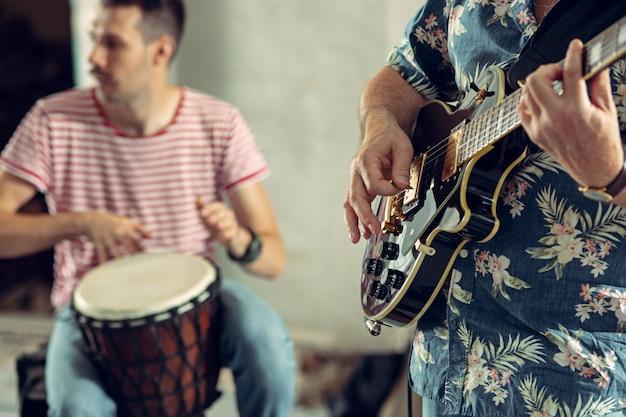 Repetição da banda de rock. baixista, guitarrista e baterista no loft.