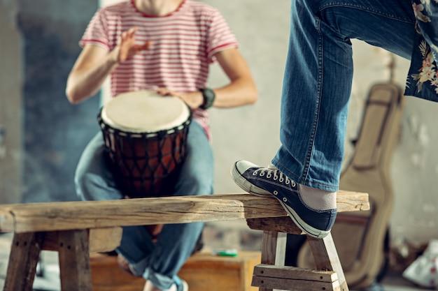 Repetição do baterista de uma banda de rock no loft paixão pelo conceito de música rock e jam session