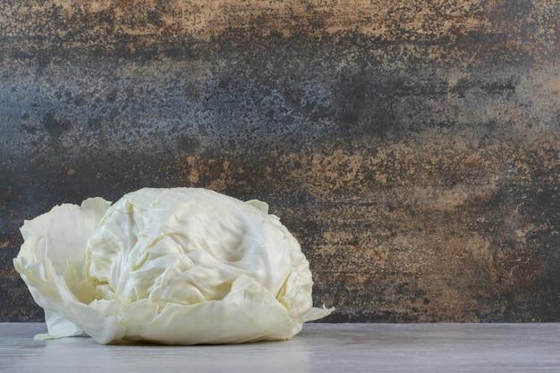 Repolho branco fresco na mesa de pedra. foto de alta qualidade