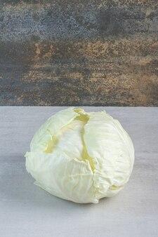 Repolho branco orgânico na mesa de pedra. foto de alta qualidade