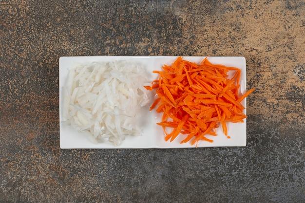 Repolho branco picado e pimenta na chapa branca.