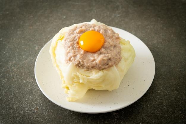 Repolho caseiro recheado com carne de porco picada e gema de ovo
